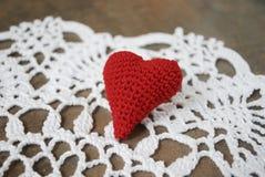 Rotes Herz auf der weißen Serviette Stockfotografie