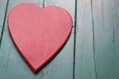 Rotes Herz auf einem hölzernen Hintergrund Lizenzfreie Stockfotografie