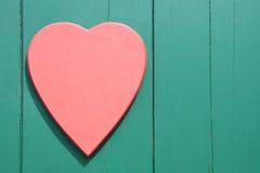 Rotes Herz auf einem hölzernen Hintergrund Stockfotografie