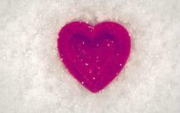 Rotes Herz auf einem Hintergrund des Schnees Valentinsgruß `s Tag Lizenzfreie Stockfotografie