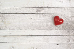Rotes Herz auf einem Holztisch Lizenzfreies Stockbild