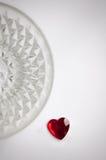 Rotes Herz auf einem Kristallhintergrund Stockbilder