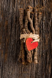Rotes Herz auf eingewickelten Zweigen Stockfotografie