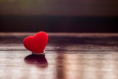 Rotes Herz auf hölzernem Brett Stockfoto