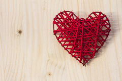 Rotes Herz auf Holz Stockfotografie