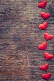 Rotes Herz auf hölzernem Hintergrund mit Raum für Valentine Day stockbild