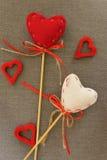 Rotes Herz auf hölzernem Stock Stockfotografie