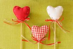 Rotes Herz auf hölzernem Stock Stockfoto