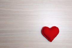 Rotes Herz auf Holztisch Stockfotos
