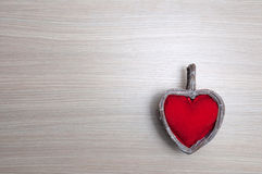 Rotes Herz auf Holztisch Lizenzfreies Stockbild