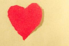 Rotes Herz auf paperbackground Stockbild