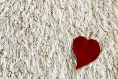 Rotes Herz auf Pelzweißhintergrund Rote Rose Kopieren Sie Platz Stockfotos