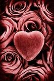 Rotes Herz auf roten Rosen - Weinlese Stockfotos