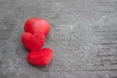 Rotes Herz auf rustikaler Straße für Valentinsgrußtag Stockbilder
