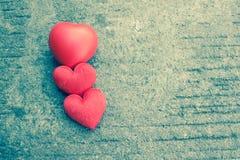 Rotes Herz auf rustikaler Straße für Valentinsgrußtag Stockfotografie
