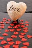 Rotes Herz auf schwarzem Steinhintergrund Liebes- und Valentinsgrußtageskonzept Lizenzfreies Stockfoto