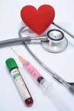Rotes Herz auf Stethoskop und Ausrüstung Lizenzfreies Stockbild