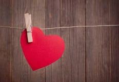 Rotes Herz, das an der Wäscheleine hängt Lizenzfreies Stockfoto