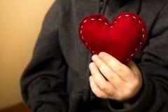 Rotes Herz in den Händen Stockbild
