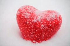 Rotes Herz in den Schneefällen stockfotos