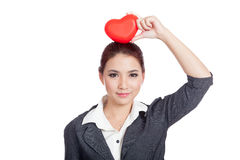 Rotes Herz der asiatischen Geschäftsfraushow über ihrem Kopf Stockbild