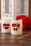 Rotes Herz der handgemachten Häkelarbeit für Kerze für Heilig-Valentinstag Stockbild