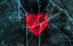 Rotes Herz der Liebe eingefroren im Eis Valentinsgruß `s Tag Stockfotos