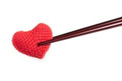 Rotes Herz des Gewebes mit dem Essstäbchen lokalisiert Stockbild