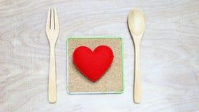 Rotes Herz des Liebeskonzeptes mit hölzernem Hintergrund Lizenzfreies Stockfoto