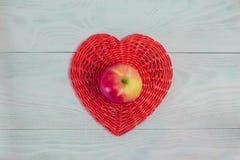 Rotes Herz des Weidenpapierrohrs auf weißem hölzernem Brett-, Liebes- und Hochzeitskonzept, Valentinstag, Hintergrund lizenzfreies stockfoto