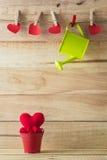 Rotes Herz in einem roten Kleintraktor Lizenzfreies Stockbild