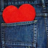 Rotes Herz in einer Gesäßtasche von Jeans Stockbild