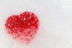 Rotes Herz eingefroren im Eis exzentrisch Lizenzfreies Stockfoto