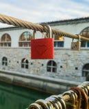 Rotes Herz geformtes Vorhängeschloß, das von der Schnur hängt Lizenzfreie Stockfotos