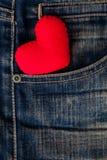 Rotes Herz gesetzt auf alte Blue Jeans Durchschnittliebe für Denim Lizenzfreie Stockfotografie