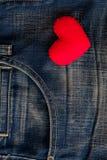 Rotes Herz gesetzt auf alte Blue Jeans Durchschnittliebe für Denim Lizenzfreies Stockfoto