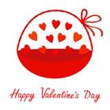 Rotes Herz gesetzter Korb mit Griffbogen Geschenkgegenstand Flaches Design der glücklichen Valentinsgrußtageskarte Getrennt Weiße Stockfotos