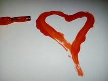 Rotes Herz gezeichnet mit Nagellack lizenzfreie stockfotografie
