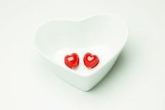 Rotes Herz im Herzen des weißen Schalen-Valentinsgruß-Tages Stockfotos