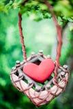 Rotes Herz im Korb Lizenzfreie Stockbilder