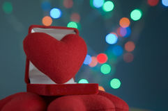 Rotes Herz im Samtringkasten mit buntem bokeh Lizenzfreie Stockfotografie