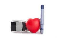 rotes Herz mit Blutzuckermeter stockfotos