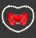 Rotes Herz mit Bogen und Perlen für Valentine Day Stockfotografie