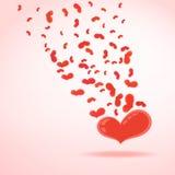 Rotes Herz mit dem Fliegen von kleinen Herzen Stockfotografie