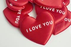 Rotes Herz mit der Wortliebe Sie stockfoto