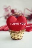 Rotes Herz mit der Wortliebe Sie stockbilder