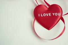 Rotes Herz mit der Wortliebe Sie stockbild