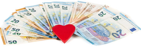 Rotes Herz mit Euro Euroanmerkungen mit Reflexion Liebe und Geld Lizenzfreie Stockfotos