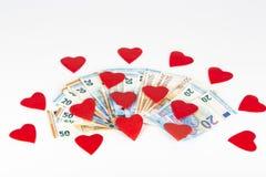 Rotes Herz mit Euro Euroanmerkungen mit Reflexion Liebe und Geld Lizenzfreies Stockfoto