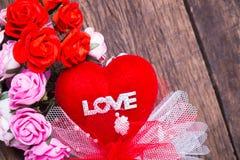 Rotes Herz mit Liebeswort und -rosen Stockbilder